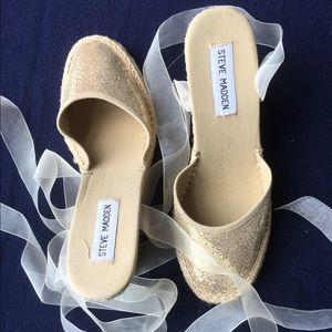 Gold glittery summer shoes